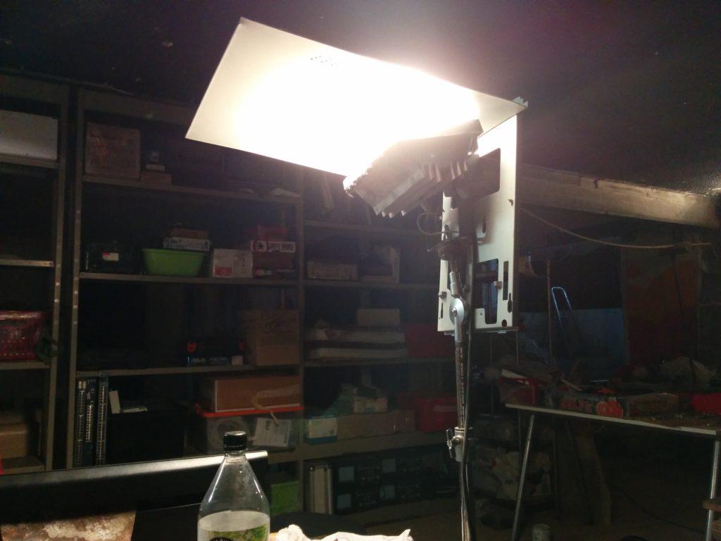 Exemple de récup : un réflecteur de lampe bricolé à partir du capot d'un vieux PC
